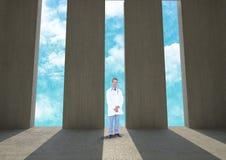 Доктор стоя против входов стоковое фото