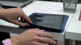 Доктор студент-медика держа фильм рентгеновского снимка зубов и челюсти акции видеоматериалы