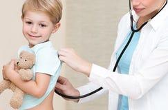 Доктор счастливого мальчика посещая Стоковое Изображение