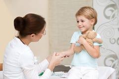 Доктор счастливого мальчика посещая Стоковое Изображение RF