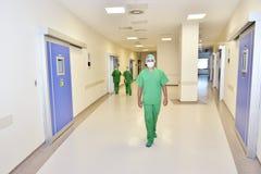 Доктор с его командой стоковое изображение
