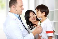 Доктор с его пациентом стоковые фотографии rf