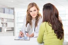 Доктор с женским пациентом Дружелюбный, счастливый доктор с Stethosc Стоковое Изображение
