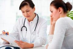 Доктор с женским пациентом стоковые фотографии rf