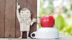 Доктор с измерением стетоскопа на яблоке Стоковое Изображение