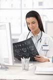 Доктор с изображением рентгеновского снимка Стоковая Фотография RF