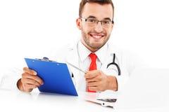 Доктор с компьтер-книжкой и документами Стоковые Изображения