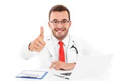 Доктор с компьтер-книжкой и документы показывая одобренный знак Стоковая Фотография
