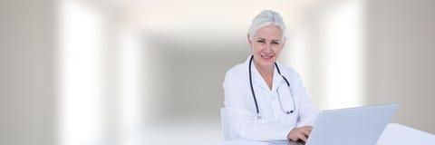 Доктор с компьтер-книжкой против прихожей запачканной белизной Стоковая Фотография RF