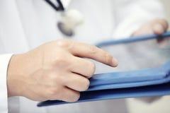 Доктор с компьютером таблетки Стоковая Фотография