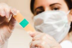 Доктор с маской и перчатками держит гипсолит близко вверх стоковое изображение rf