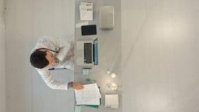 Доктор с мобильным телефоном и портативным компьютером top сток-видео