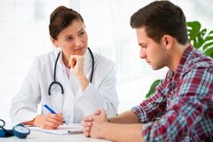 Доктор с мыжским пациентом стоковое фото rf