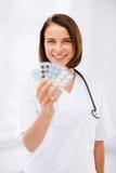 Доктор с пакетами волдыря пилюлек Стоковые Изображения