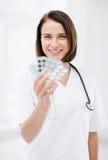 Доктор с пакетами волдыря пилюлек Стоковое фото RF