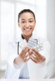 Доктор с пакетами волдыря пилюлек Стоковое Фото