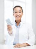 Доктор с пакетами волдыря пилюлек Стоковое Изображение