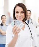 Доктор с пакетами волдыря пилюлек Стоковая Фотография RF
