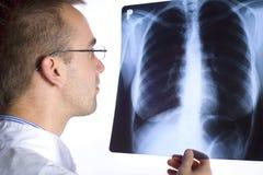 Доктор с рентгеновским снимком Стоковое фото RF
