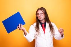 Доктор с смешной плавать стороны и доски сзажимом для бумаги стоковая фотография rf
