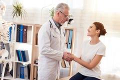 Доктор с стетоскопом с женским пациентом в офисе Доктор утешая женщина Стоковое Фото