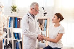 Доктор с стетоскопом с женским пациентом в офисе Доктор утешая женщина Стоковые Фото
