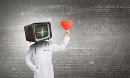 Доктор с ТВ вместо головы Мультимедиа стоковое фото