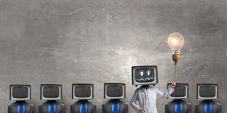 Доктор с ТВ вместо головы стоковые фотографии rf