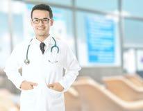 Доктор с blured hospita Стоковая Фотография