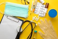 Доктор таблицы Медицинское оборудование на яркой желтой предпосылке над взглядом Плоское положение стоковое изображение