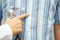 Доктор указывая к животу, желудочно-кишечным разладам стоковое фото