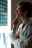 Доктор человека смотря рентгеновский снимок Стоковая Фотография RF