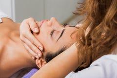 Доктор beautician женщины делает головной массаж в центре здоровья курорта Стоковые Фото