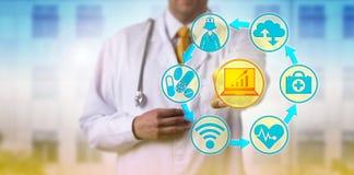 Доктор Combining ИТ и применения здравоохранения стоковая фотография
