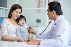 Доктор Consulting Маленьк Пациент Стоковое Фото