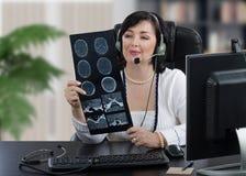доктор E-здоровья смотря томографию Стоковые Фото
