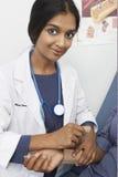 Доктор Examining Пациент В Больница Стоковые Фотографии RF