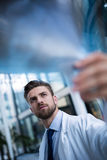 Доктор Examining Рентгеновский снимок Сообщать стоковые фото