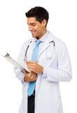Доктор Holding Доска сзажимом для бумаги стоковые фотографии rf