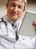 Доктор Holding Цифров Таблетка Стоковое Изображение