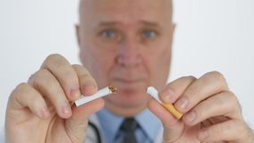 Доктор Making a противоречит жесты ломая сигарету в анти- кампании табака видеоматериал