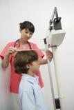 Доктор Measuring Высота Мальчик стоковое фото