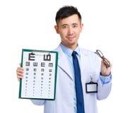 Доктор Optician с диаграммой глаза и стеклами глаза Стоковая Фотография RF