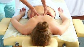 Доктор orthopedist делает массаж костяка к молодой женщине Вид спереди акции видеоматериалы