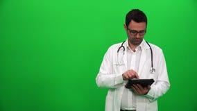 Доктор Presenting С Цифров Экран Правильная позиция видеоматериал