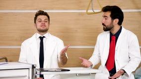 Доктор rebuking его более молодой коллега видеоматериал