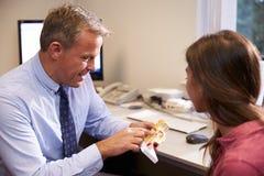 Доктор Showing Женск Пациент Модель человеческого уха Стоковое Изображение RF