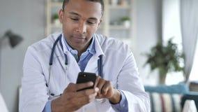 Доктор Typing Сообщение на Smartphone стоковое изображение