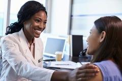 Доктор Wearing Бел Пальто Встреча с женским пациентом Стоковые Фотографии RF