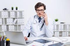 Доктор Yound имея телефонный разговор стоковые изображения